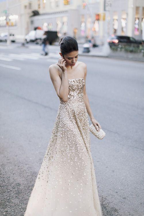 gorgeous golden gown by Oscar de la Renta