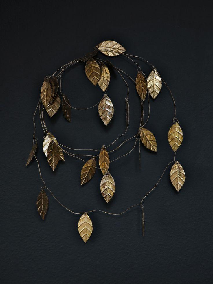 DIY : une couronne de Noël tout en finesse, délicatement dorée, réalisée avec du fil de fer