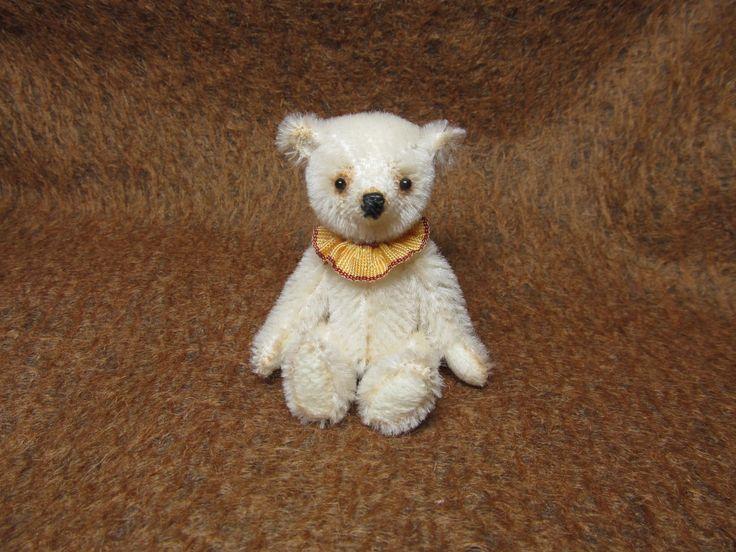 """,,Benjamín"""" Mohérový medvídek, celokloubový,plněný dutým vláknem.Sleněné očička a měří 9,5 cm."""