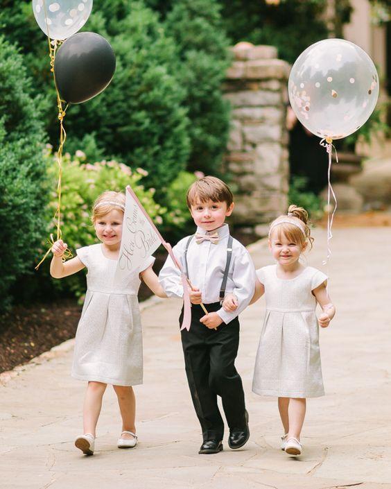 Entrada de los niños con globos