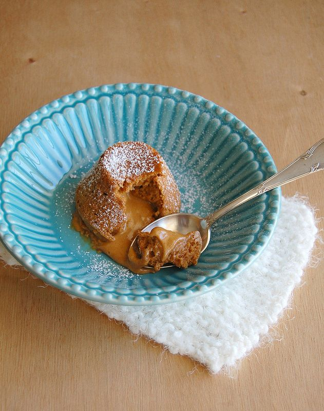 Petit gateau de doce de leite - 2 ovos, 2 gemas, 1 colh. (chá) extrato de baunilha, 1 xíc. (300g) doce de leite, 4 colh. (sopa) - 40g  farinha de trigo, 1 pitada de sal Unte com manteiga 6 formas de muffin de 120ml. Coloque os ovos, as gemas e a baunilha na tigela da batedeira e bata até obter um creme claro e espesso. Junte o doce de leite em velocidade baixa. Vá misturando de baixo para cima, junte a farinha e o sal, a massa é leve e parece uma espuma. Forno a 220°C - 6-8 min, até que…