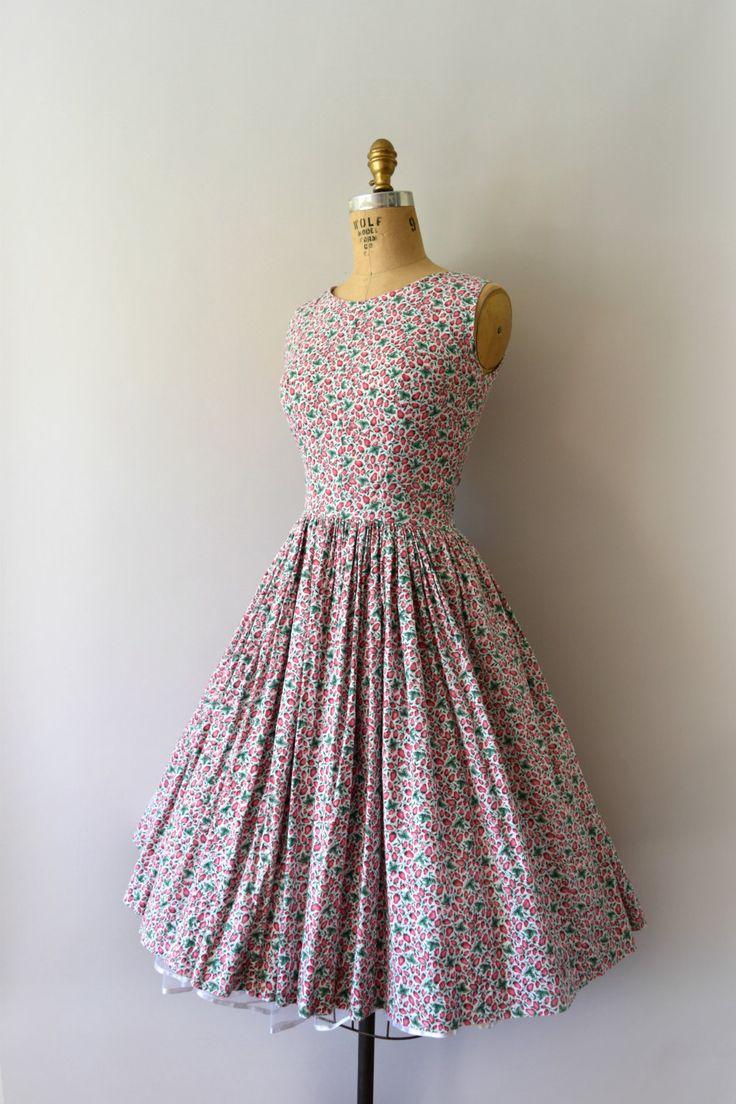 DEZE jurk IS voorbehouden--DO NOT aankoop!   Darling jaren 1950 stijl (gemaakt in de jaren 90) sundress, petite aardbei afdrukken katoen lichaam
