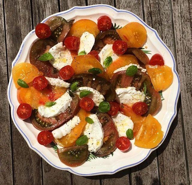 Salade de tomates anciennes, mozzarella et basilic. Vivement l'été !