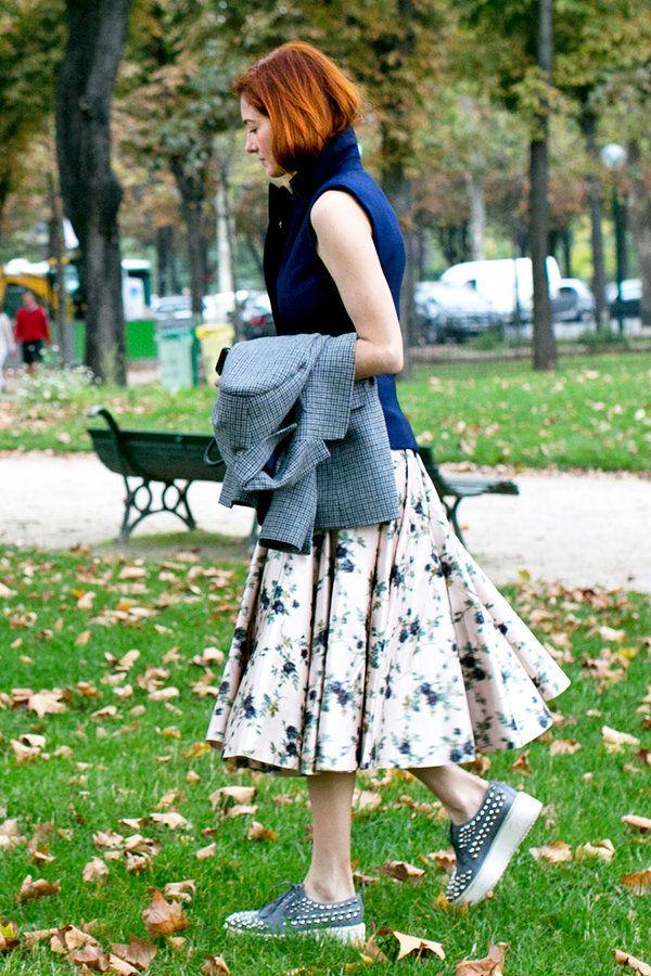 エル・オンラインが選ぶ「2013年マークすべきファッショニスタ厳選15人」にも選ばれたエディターのテイラー・トマシ・ヒルは、たっぷりとしたフレアがエレガントな2013-14秋冬「ロシャス」の花柄スカートをチョイス。レディなアイテムを、スタッズや白ソールが効いたレースアップシューズでハズして。