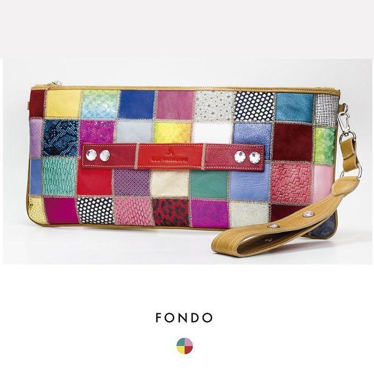 #FONDO Multicolor Uno de las texturas que le dieron nombre a nuestra colección de verano #CollageSS18. Usalo como sobre de mano o como cartera. Medida 20 x 42 cm. Viene en varios colores! Y si sos de la que te encanta combinar zapatos con cartera en el #LPStore vas a poder hacerlo.  #PrimaveraVerano #Luzprincipe #Zapatos #chicasLP #LPFans#luzprincipezapatos