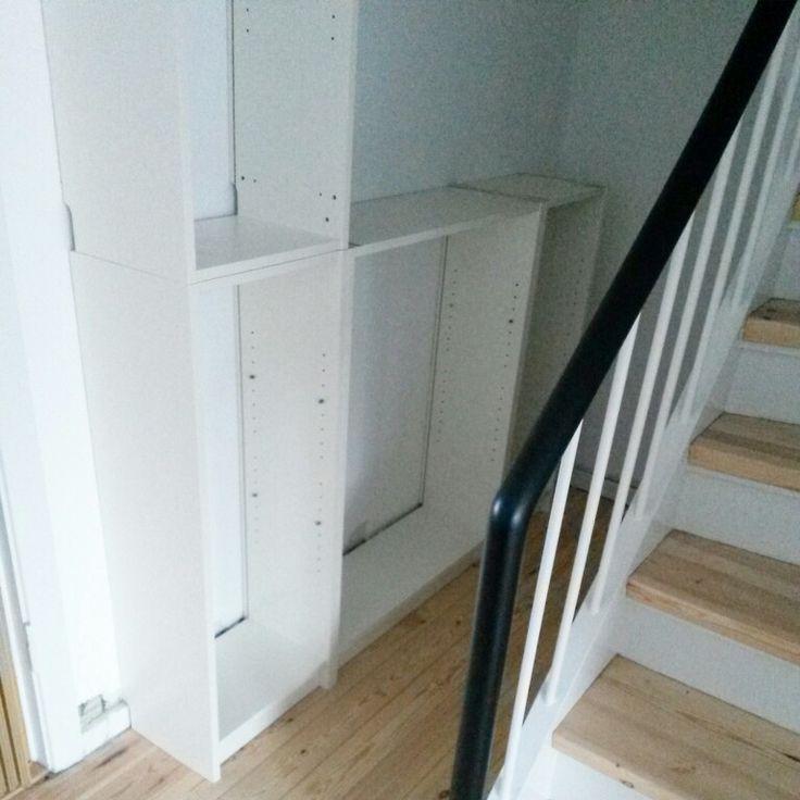 Reol under trappen 1. Vi havde en masse Billy-reoler fra en svensk møbelkæde. Desværre var de alle lave, og vi skulle bruge forskellige varianter af høje. Så jeg besluttede at bygge dem sammen til noget helt andet.