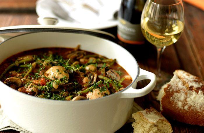 Recept på en kycklinggryta med god syrlighet från vitt vin. Ett vitt fruktigt vin, som italienska Casal di Serra, passar bra både i och till kycklinggrytan!