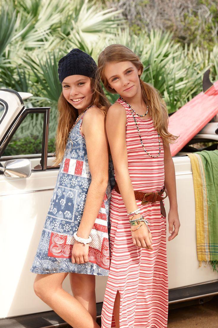 Robes d'été pour filles : la robe en jersey Ralph Lauren avec drapeau américain rend hommage au style américain traditionnel, avec ses rayures patriotiques et ses motifs bandana.