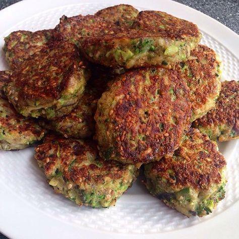 Grøntsagsfrikadeller: et halvt hovede finthakket broccoli, en halv revet squash (pres væsken ud med hænderne), 2 hakkede løg, 3 hakkede hvidløg, 2 æg, 1 dl fuldkornsmel, 1 spsk sesamfrø, salt og peber blandes og steges som frikadeller i en blanding af smør og olie. God weekend! ☀️/Katrine