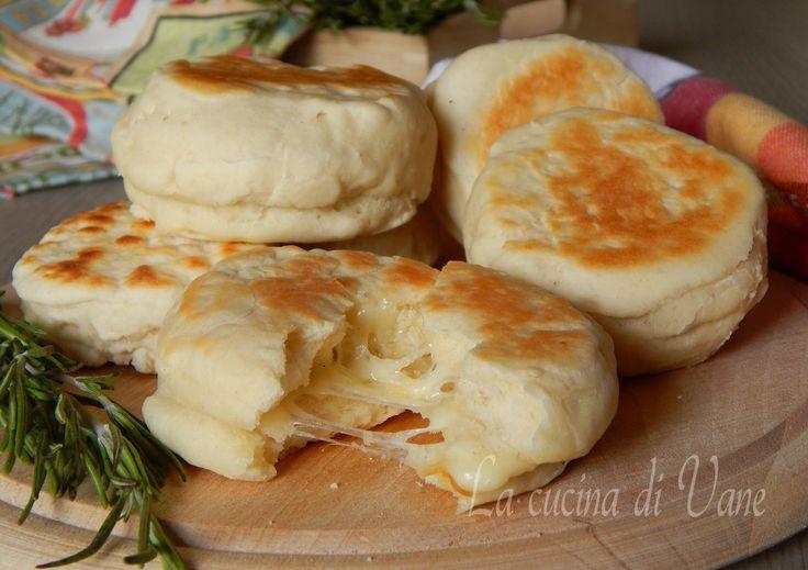 Focaccine filanti ai quattro formaggi, da cuocere in padella, senza lievito di birra, morbide e profumate con cuore di formaggio filante, Ideali per buffet