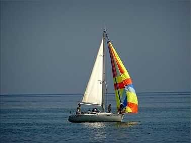 Excursión náutica con paseo en Barco: Una excursión náutica con un máximo de 10/11 pasajeros dependiendo de la época del año (10 en verano, 11 en invierno).  Es un paseo de aventura ya que no se utiliza un barco grande sino una zodiac de 8 x 3m, que no tiene asientos sino que te sientas sobre el inflable.  Es totalmente seguro ya que el barco se desplaza a poca velocidad.  De hecho hemos realizado las excursiones con peques de 3 y menos años.  Las praderas de Posidonia oceánica y la fauna y…
