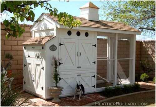 Victorian chicken coop >> I have a hankering to get some chickens and harvest my own eggs!  I might move in with them if they have this nice a place!
