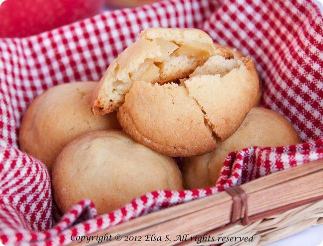 Biscotti-cuor-di-mela-8er la frolla  450 g farina auto-lievitante 250 g burro 200 g zucchero 2 uova 2 cucchiaio di latte freddo (se l'impasto risulta un po' duro) 1 cucchiaio di estratto di vaniglia Per il ripieno  4 mele 40 gr di burro 40 g di zucchero 1 cucchiaino di cannella zucchero a velo per decorare