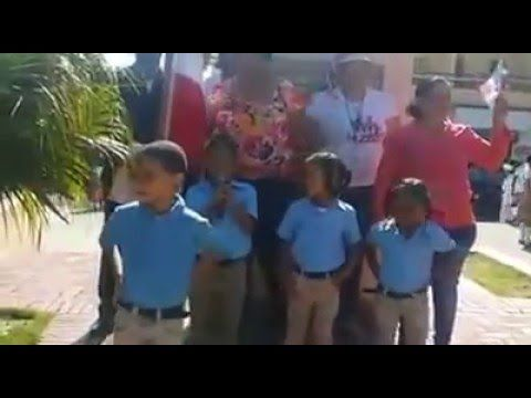 Niños y Niñas en la plazoleta Duarte hacen poesía para los patria Dominicana - YouTube
