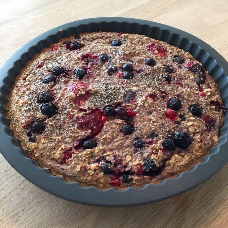 Bagt havregrød med bær. -den kan bruges som morgenmad og som kage.  Sukker og glutenfri,