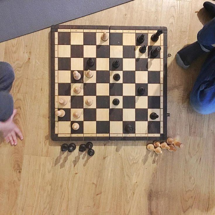 """OMG!!! Moje dzieci grają w szachy!!! I używają terminologii typu: """"Mama jeśli król jest na podbiciu...."""" A ja nawet nie wiem czy gadają z sensem i czy grają według zasad! Chyba muszę nabyć kolejną umiejętność!!! #psc #paniswojegoczasu #mama #instamama #instamatka #szachy #dzieci #sunday #niedziela #lazysunday"""