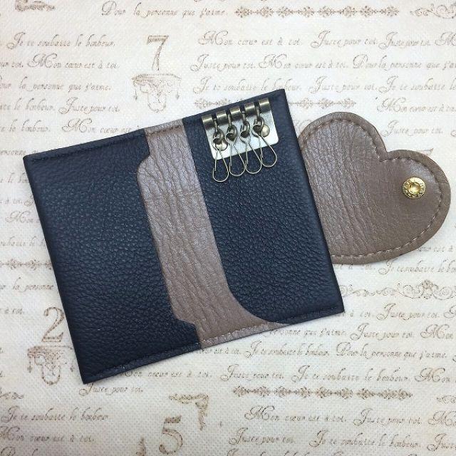 ご好評いただいている「ハートで包み込むキーケース」大人シックカラー♡ベージュ。▼再販は今回が最後です。セキュリティカードや免許証を左ポケットに入れたまま利用できる!とご満足頂いております。また、厚さ1.5cmまでのスマートキーも収納可能です。シーンに合わせて、ご活用いただけると幸いです。●カラー:ベージュ×ブラック●サイズ:ホックを閉めた時→縦11cm×横6cm、ホックを開けた時→縦11cm×横12.8cm(ハートの長さを入れると、横18.3cm)●素材:牛革●注意事項▼コバの着色は革なじみの良い色へ変更いたしました☆・総手縫い・床面処理・コバ処理・ワックス仕上げの工程を経て制作しております。▼天然素材の為、擦れ、しわ、漉き筋、などが含まれることがございます。▼再販の場合、革の状態によりミリ単位での誤差が生じる場合がございます。●作家名:ACOROND#キーケース #ハンドメイドキーケース #レザー #牛革 #本革 #レディース #女性用 #かわいい #大人可愛い #おしゃれ #セキュリティカード対応 #4連キーホルダー #ポケット付き #鍵 #カギ #レザークラフト #革小物…