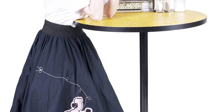 Como fazer uma anágua para uma saia poodle usando tule. Saias poodle foram itens populares no vestuário dos anos 1950 e são comumente usadas como fantasias para o Halloween ou festas à fantasia. Uma característica da saia poodle é que ela fica solta no corpo, fazendo com que pareça larga. Quando você estiver criando uma saia poodle, faça uma anágua para usar junto, de modo que a saia se destaque e se ...