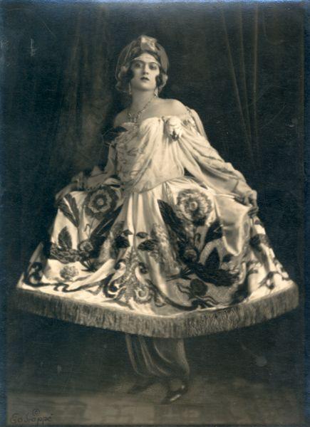 Maria Dalbaicín in Danse Arabe from The Sleeping Princess. Photograph by E. O. Hoppé, London, 1921. Howard D. Rothschild Collection. b MS Thr 414.2 (22). Bequest, 1989.