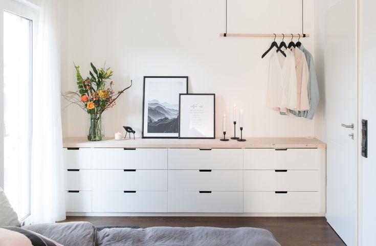 Schlafzimmer mit Ikea Nordli Kommode und Hängegarderobe