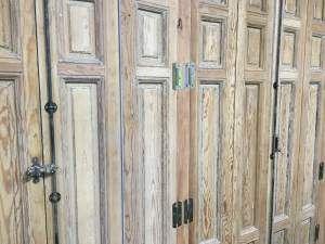 Puertas que cierran los armarios de obra de las oficinas de la agencia Wanted. Para ello hemos utilizado unas contraventanas de un antiguo edificio del centro de Madrid. Ha sido un trabajo laborioso de adaptación, barnices y decapado. #oikkideco #puerta #door