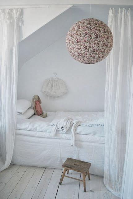Faire une forme de toit en placo au dessus du lit de Raph peut etre mettre du bois dessous et mettre une couleur differente dans le fond