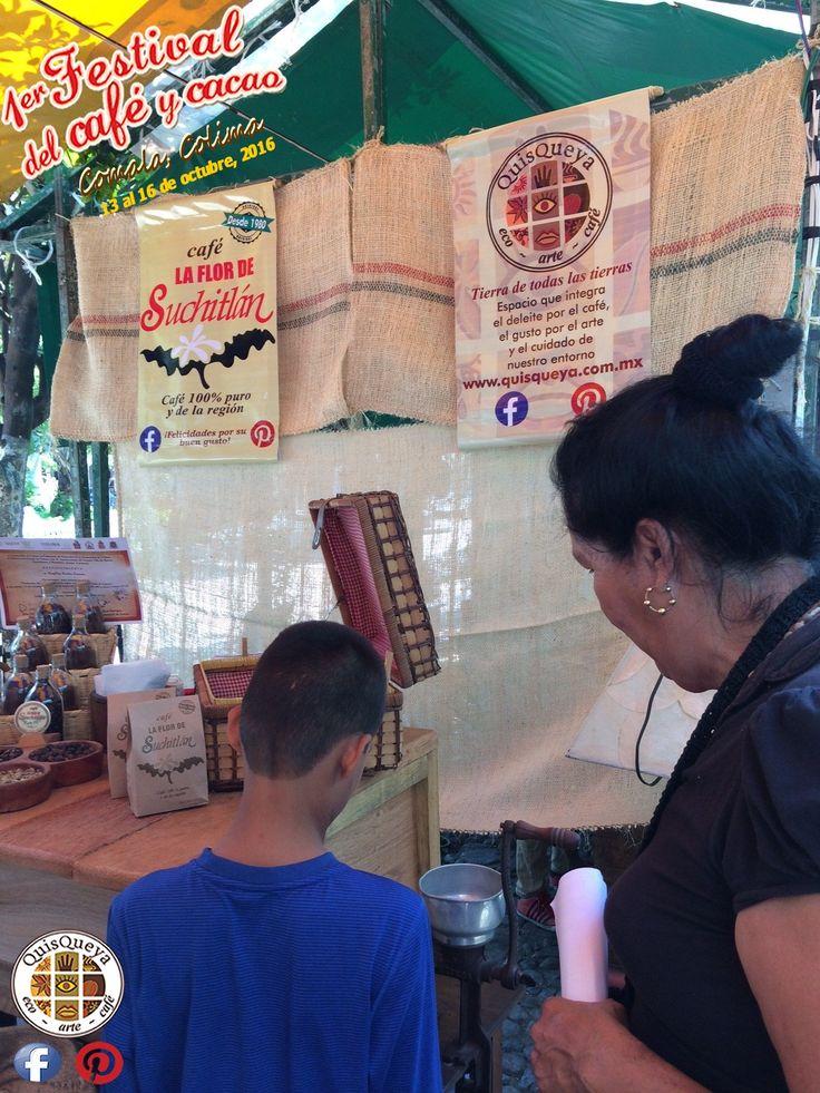 """""""En un molino como este, más antes se molía a mano el café. Era una de mis tareas en casa"""", le comenta una señora a su nieto. Vengan al jardín principal de Comala a moler su café La FLOR de Suchitlán en el espacio de QuisQueya eco-arte-café (versión móvil) durante el 1er. Festival del café y cacao."""