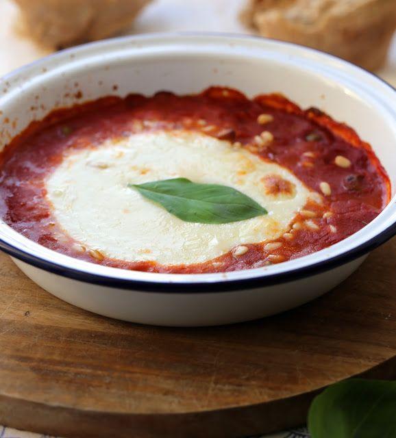 Mozzarella au four , sauce aux tomates et aux olives