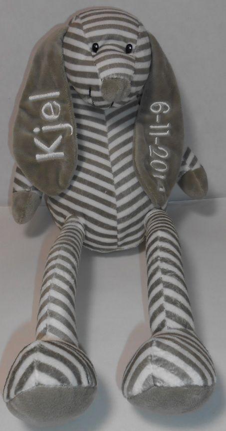 tut knuffel grijs met naam. http://www.borduurkoning.nl/shop/baby_artikelen/knuffel/tutknuffel_grijs.html