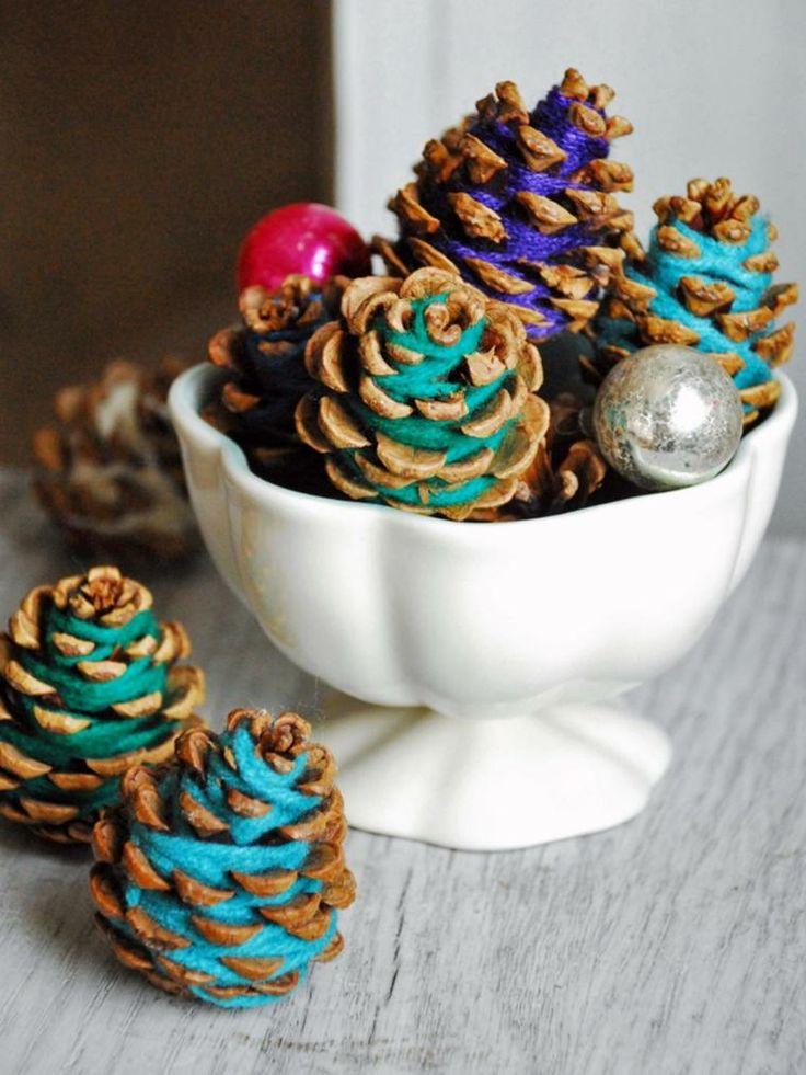 piñas de pino decoradas con cuerdas de colores