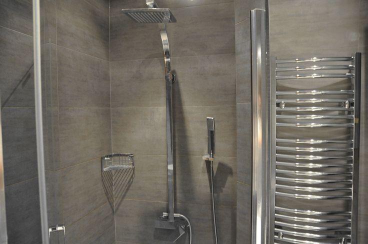 Prysznic kabinowy  http://www.rainbowapartments.pl/pokoj-czerwony/