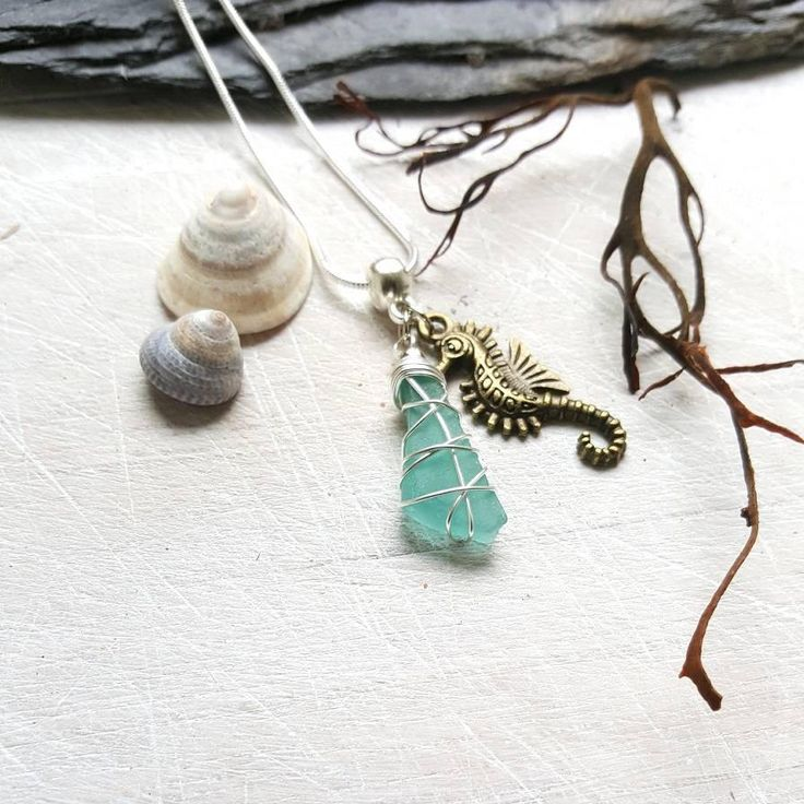 This genuine sea glass charm necklace is perfect to wear while strolling along the beach! I know that so many people, like me, feel the call of the sea and the salty breeze in their soul. My aim is to bring a little slice of that romantic ocean escape to my customers ♡ --------------------------