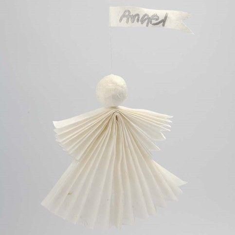 Een engel gemaakt van strozijde papier met een wimpel