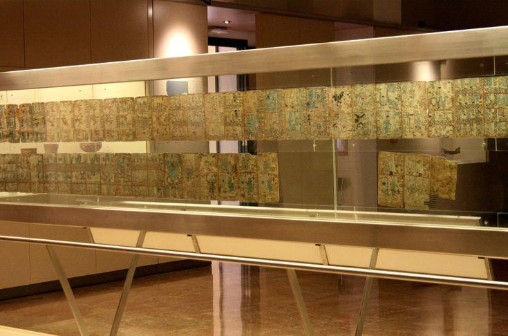 Museo_de_America_Madrid_Codex.  papier: les glyphes étaient peints sur des feuille de papier «amatl» larges d'une vingtaine de centimètres et longues de plusieurs mètres. Le manuscrit était replié en accordéon, chaque pli déterminant une « page » large d'environ 15 centimètres et écrite des deux côtés. Les codex de l'Époque classique ont tous succombé, victimes du climat chaud et humide.