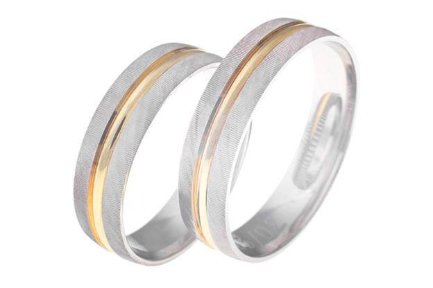 Snubní prsteny, bílé a žluté zlato, půlkulatý profil, gravírovaný povrch.