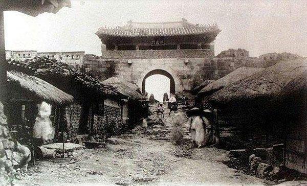 """100多年前的汉城主城门,中间是城市""""主干道""""和朝鲜草屋     这个已不存在的汉城大门和牛13首都""""主干道"""",再次见证了大韩民国""""6000年""""悠久的历史和博大精深的文化底蕴。"""