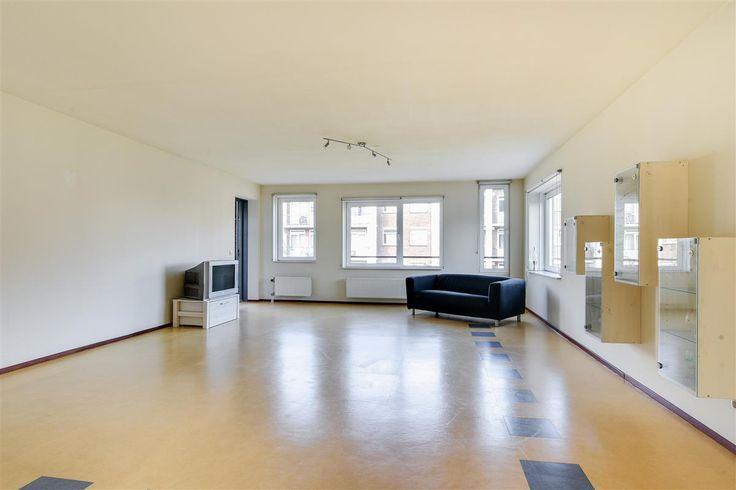 """Te koop: Cornelis van Vollenhovenstraat 4-C, Amsterdam - Hoekstra en van Eck - Méér makelaar. Dit appartement is typisch zo'n woning """"die je gezien moet hebben"""". De buitenkant doet niet vermoeden dat dit een fantastisch ruim en licht appartement is! De grote raampartijen staan tevens garant voor een mooi uitzicht vanuit ieder vertrek.  Je beschikt hier over 2 ruime slaapkamers, een ruime en lichte woonkamer, een groot balkon op het westen en nog veel meer verrassende elementen!"""