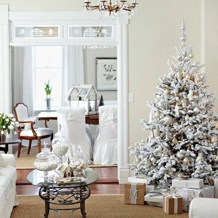 decorar árbol de navidad, pino artificial con efecto nevado, decoración en blanco y dorado, salón en blanco con suelo de madera