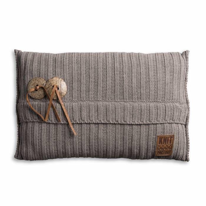 Aran Kussen 60x40 Taupe  Description: Je hebt nooit genoeg kussens in huis! Dit Kussen Aran van Knit Factory is een uitstekende toevoeging aan je moderne interieur. Deze combinatie van breiwerk en 100 % hoogwaardig katoen voelt heerlijk zacht aan. Dit kussen met een afmeting van 60 bij 40 cm is uitgevoerd in een neutrale kleur en is hierdoor gemakkelijk te combineren met andere sierkussens of een leuke plaid. Leg het op de bank een loungestoel of op het bed en creëer een knusse sfeer. De…