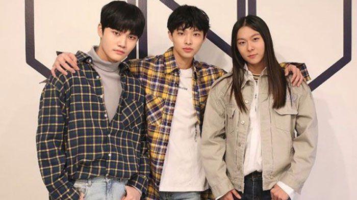 Yoon Hee Seok Seagensi dengan Jang Moon Bok dan Hyunwoo, Reuni Tim Call Me Baby Produce 101 Season 2