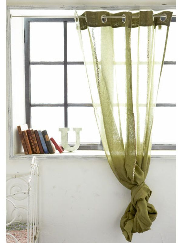 カーテンとなると、「カーテンレールが必要だし、窓のサイズに合わせないと……」といった固定概念にとらわれがち。でも、突っ張り棒とカーテン用のフックリング、お気に入りのファブリックなどでもっと自由に窓を飾ってもいいのでは? ファブリックの長さや幅が合わなくても、長いまま垂らしたり、留め金で調節したり、ラフに結んでしまうだけでも意外といい雰囲気になる。同じ方法で、間口やスペースを間仕切ったり、収納や見せたくない場所の目隠しとして活用するのもおすすめ。