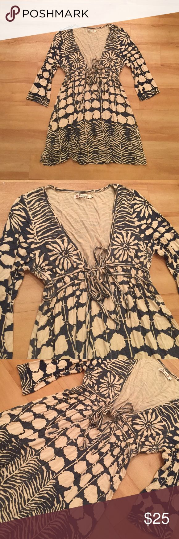 NAVY PRINTED TUNIC/DRESS. SIZE MEDIUM NAVY PRINTED TUNIC/DRESS. SIZE MEDIUM. Could be worn as a top or a dress if you are petite. Fits a normal size small or medium girl Dresses