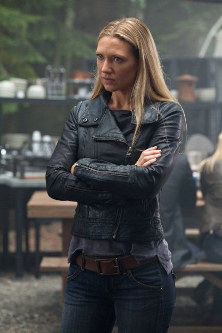 Love the jacket and the belt! (Still of Anna Torv in Fringe.)