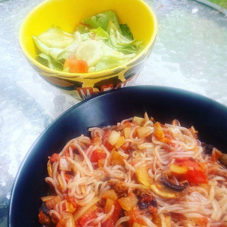So sieht mein Mittagessen dann aus  #lowcarb #lowfat #spagetti  Ich habe mir die ganze Packung gegönnt 20 kcal... mit salat und gemüse war ich bei ca 200 kcal  Probiert es aus !! #veganspagetti #delicious #fitnesslife #diet #dietfood #konjaknuddeln #konjakwurzel #fettfrei #ballaststoffe #vegan #fitfarm #healthylife #healthyfood #lunch #instafoodie #instafit by 04.tami