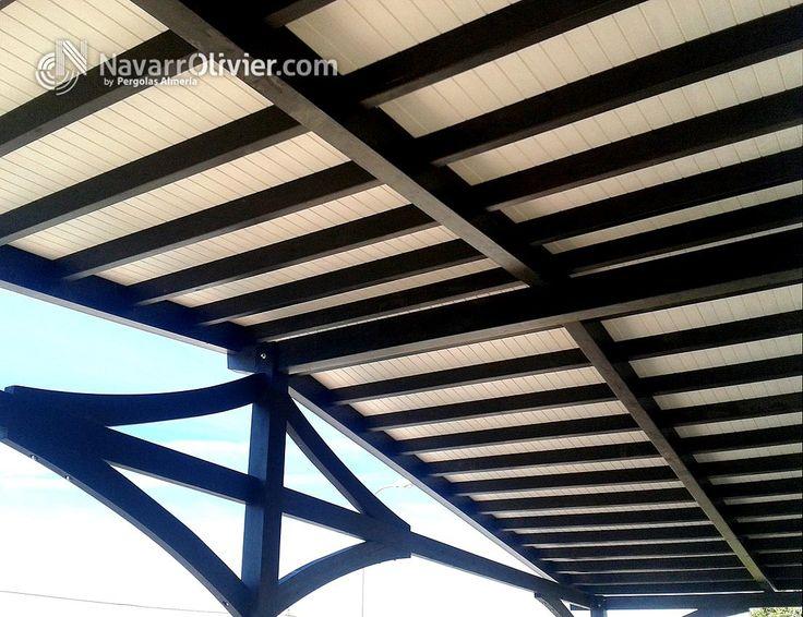 Cubierta a 2 aguas en madera tratada color palisandro y friso blanco. Pulpí, Almería by navarrolivier.com #pergola #porche #techumbre #tejado #diseño #2aguas #tornapunta #madera #navarrolivier #carpinteria