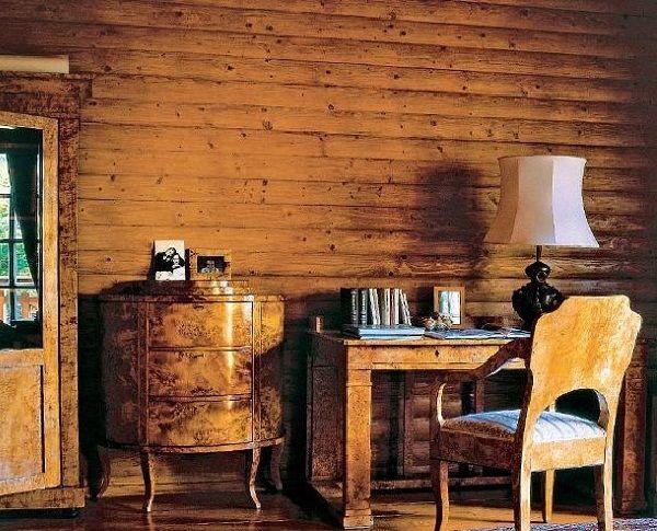 Кабинет обставили мебелью времен Петра I, которая была изготовлена из карельской березы