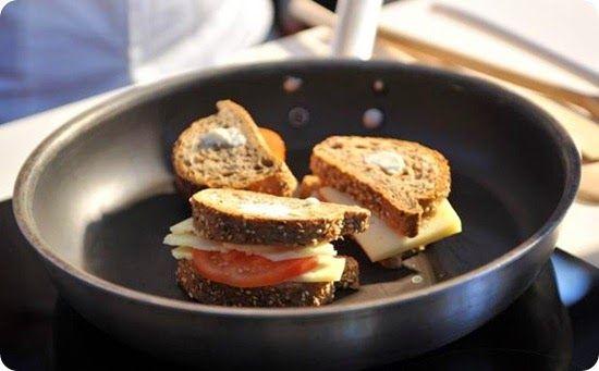 Pane tostato con formaggio e pomodoro guarnito con julienne