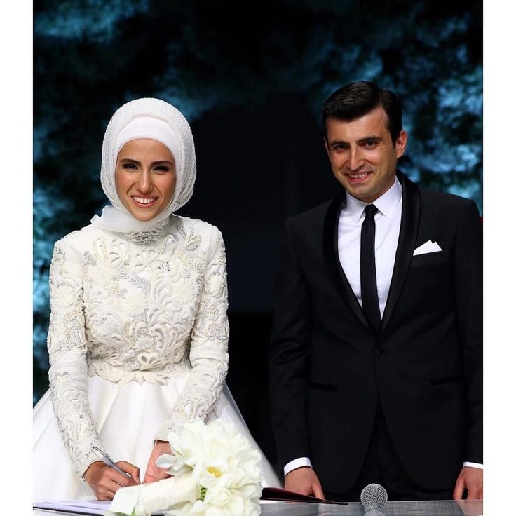 Düğün sezonunu bu sene Sümeyye Erdoğan ile Selçuk Bayraktar'ın nikahı ile açıldı. Hepimiz heyecanla bu nikahı bekliyorduk. Malumunuz benim de ilgi alanım. Gelinliği çiçeği duvağı gelinbaşı düğün konsepti nasıl olacak? İlham alabileceğimiz noktalar neler olur? Tüm bu sorularımız bugün cevabını buldu.  Sümeyye hanım nikahında da asil duruşundan ve çizgisinden vazgeçmedi. Alışkın olduğumuz kabarık dantelleri uzun kuyrukları kabartılmış duvakları göremedik gelinliğinde. Sümeyye hanım gelinlik…