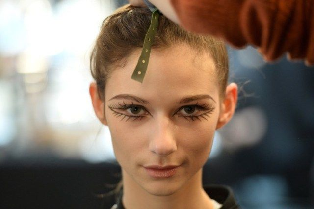 cliomakeup-make-up-fashion-week-autunno-2017-trucco-occhi-Se volete ricreare un effetto ancora più drammatico allora potete prendere spunto dal look proposto per la sfilata di Isa Arfen, sicuramente molto d'impatto!