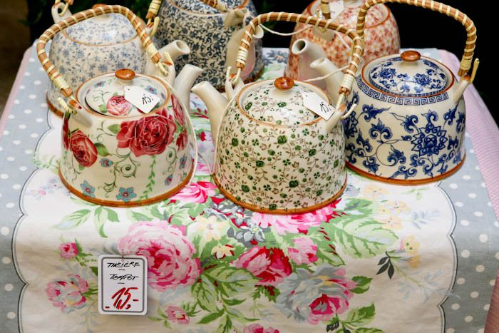 teapots with flower ornament - so cute!